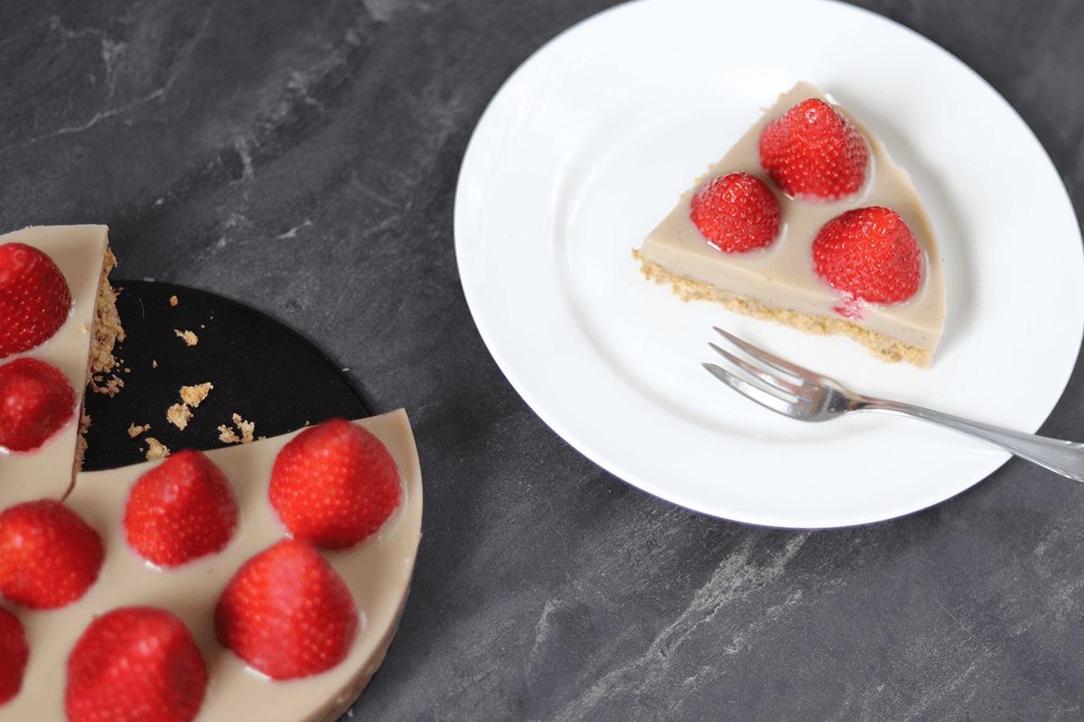 veganer Erdbeerkuchen mit Vanillecreme ohne raffinierten Zucker