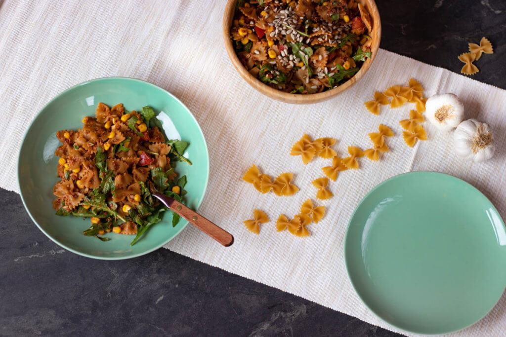 Mediterraner Nudelsalat mit selbstgemachtem rotem Pesto vegan