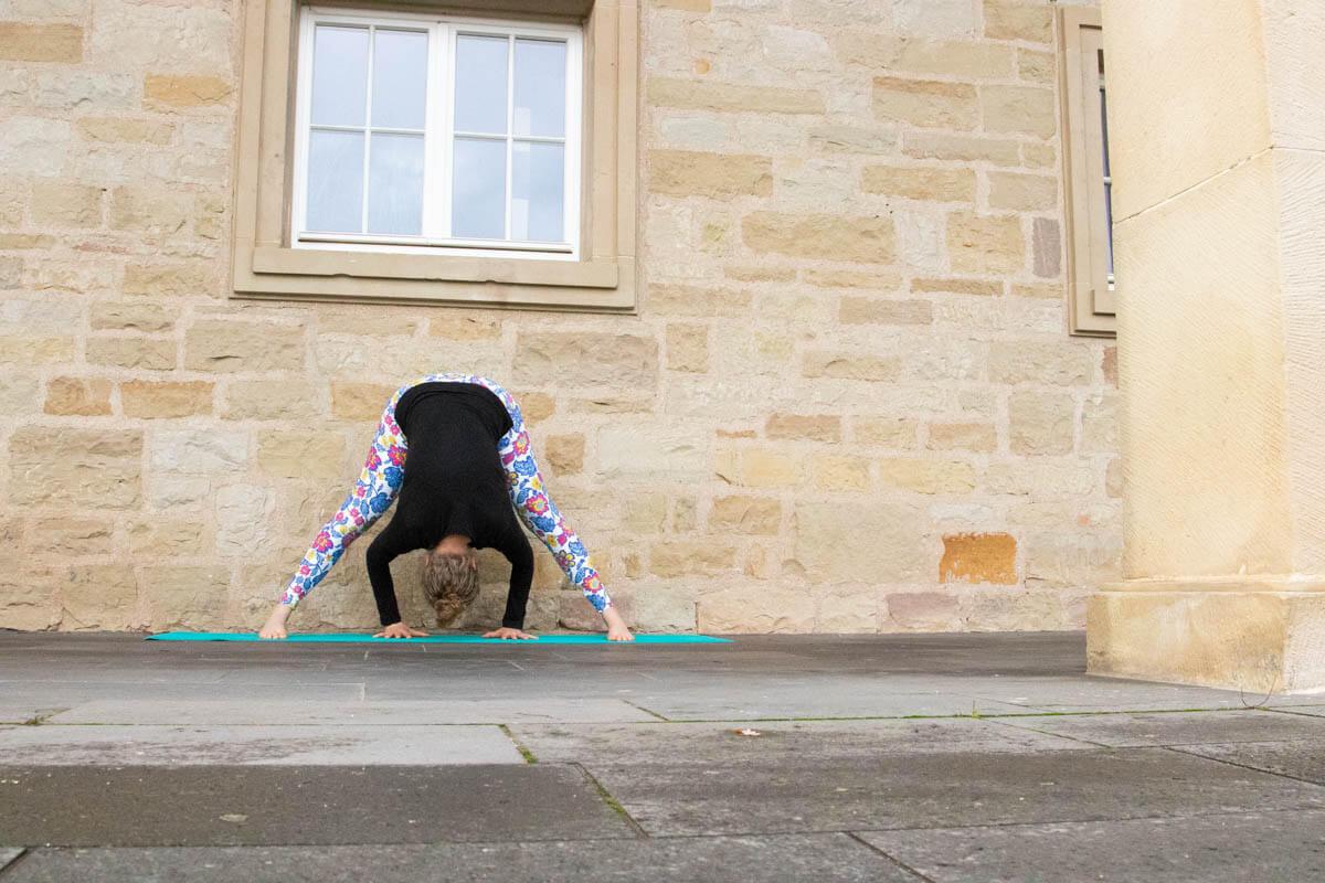 Live Like A Yogi Adventskalender Türchen 10 Yoga Übungen gegen Stress Prasarita Padottanasana A